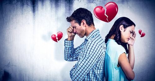 Ein mit dem Rücken aneinander stehendes Paar. Und symbolisierte gebrochen Herzen. Die Beiden überlegen wie sie den Ex zurückgewinnen können.