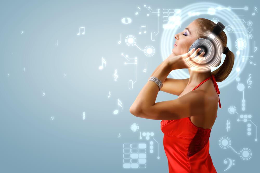 Frau mit Kopfhörer. Sie ist unglücklich im Leben. Hört MP3 Audiotraining um innere Konflikte zu lösen.