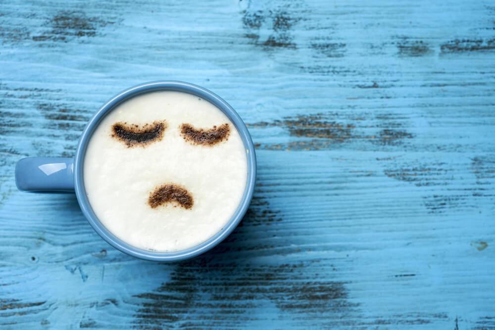Kaffeetasse die unglücklich schaut.