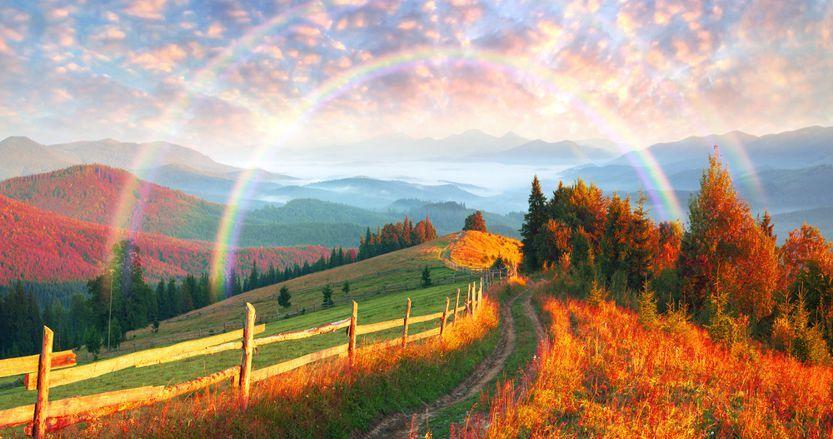 Weg auf Berg zum Regenbogen. Dort wird man glücklich sein.