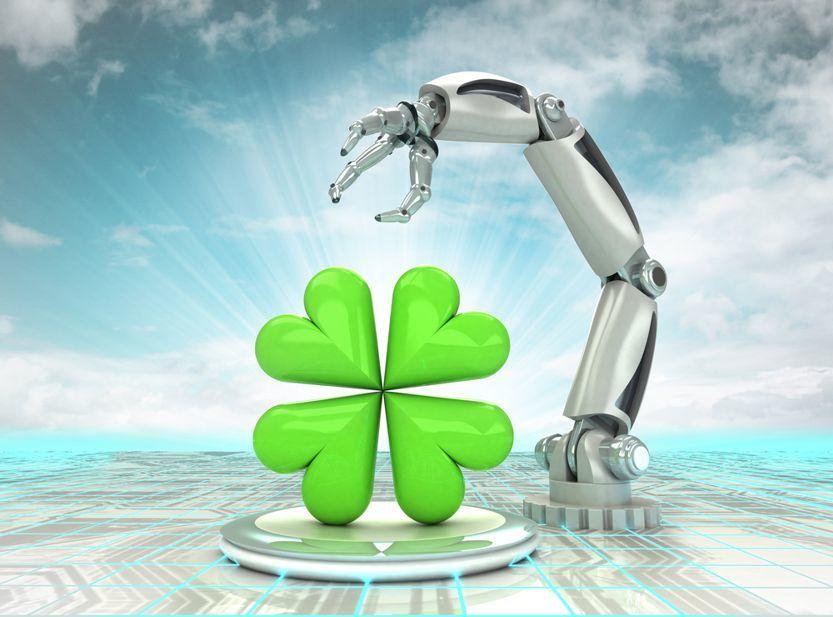 Roboterarm montiert ein Kleeblatt. Dies symbolisiert ein Glückstraining