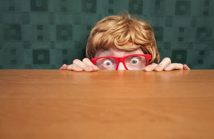 Mann hat nervöse Unruhe und schaut über Tischkante