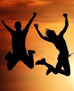 Glück sein und Menschen die Springen