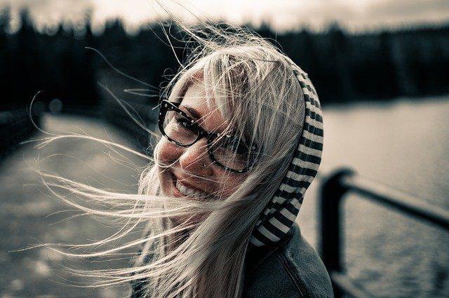 Frau mit glücklichem Lächeln