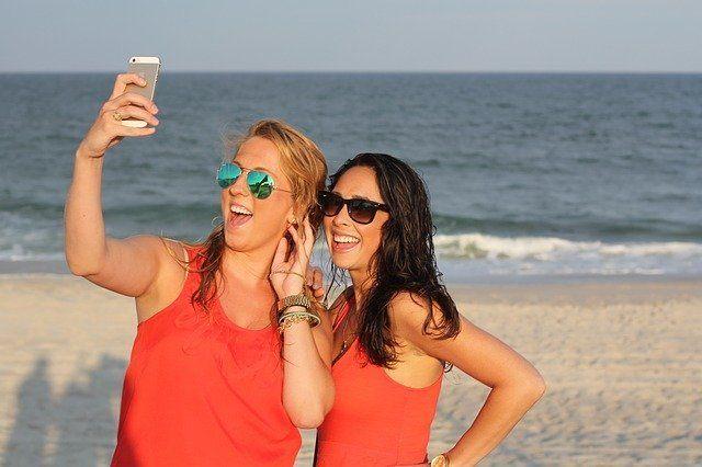 Frauen sind glücklich am Strand